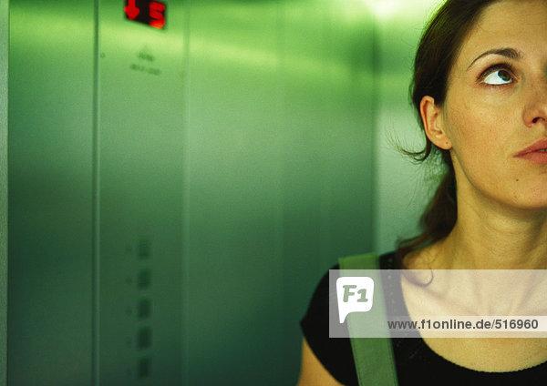 Frau im Aufzug nach oben  Teilansicht  Nahaufnahme