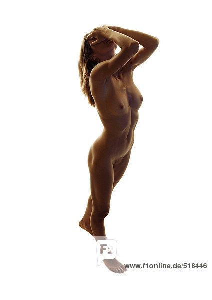 Nackte Frau stehend mit Kopf zurück und Händen auf dem Gesicht  volle Länge  hoher Blickwinkel