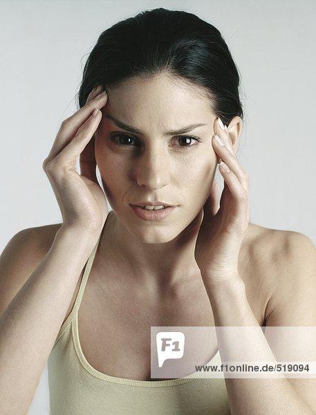 Frau mit Händen auf dem Kopf  Nahaufnahme
