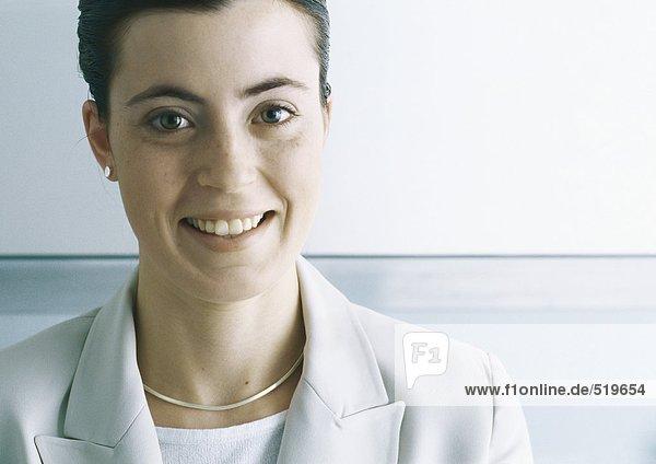 Junge Geschäftsfrau lächelnd  Portrait