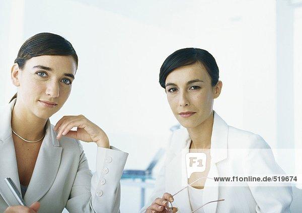 Zwei Geschäftsfrauen mit Blick auf Kamera  Kopf und Schultern