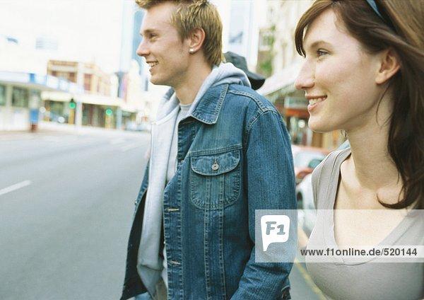 Junges Paar in der Straße