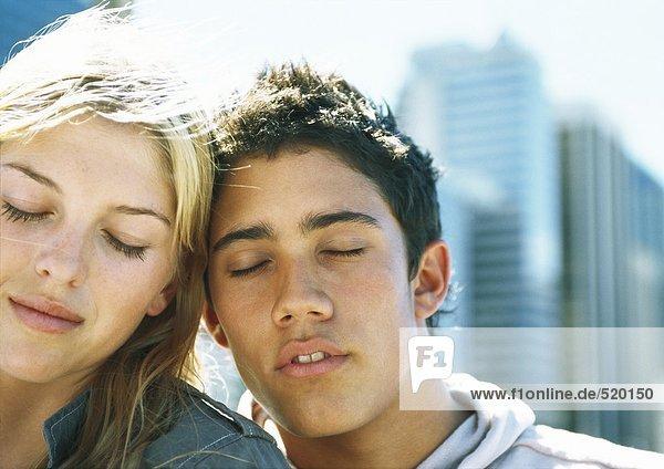 Junges Paar mit geschlossenen Augen  Portrait