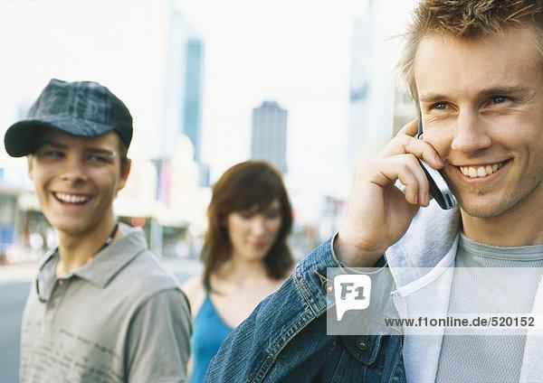 Junge Leute in der Stadt  ein junger Mann mit Handy