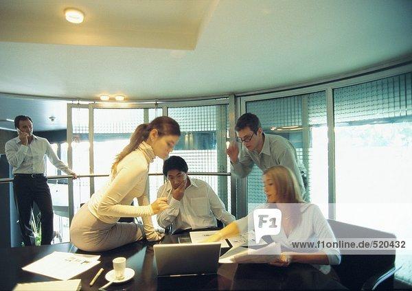 Business-Team arbeitet im Konferenzraum
