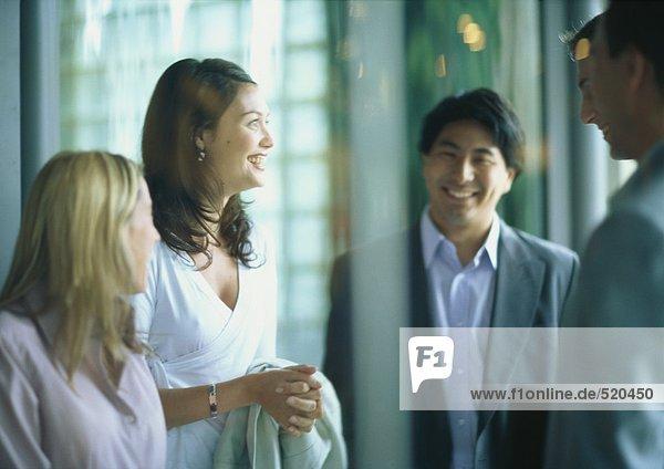 Gruppe von Geschäftsleuten lächelnd