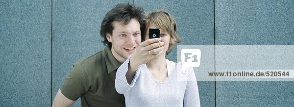 Junges Paar beim Selbstporträt mit Fotohandy