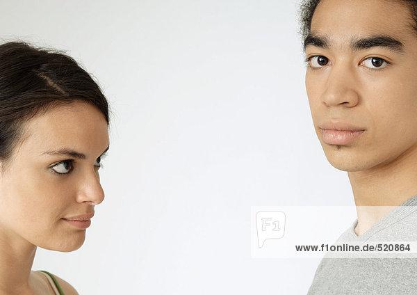 Junges Paar  Frau schaut Mann an  Nahaufnahme