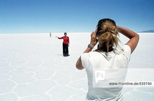 Touristen in der Salzwüste Uyuni in Bolivien