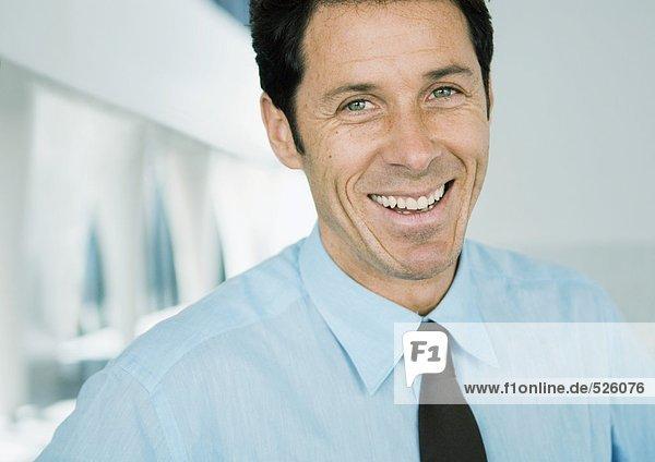 Geschäftsmann lächelt vor der Kamera  Porträt