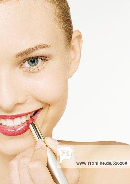 Frau mit Lippenstift  Teilansicht  Mund