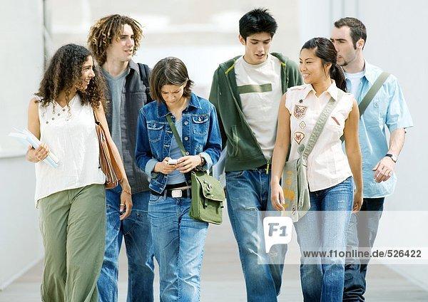 Studenten gehen durch den Flur