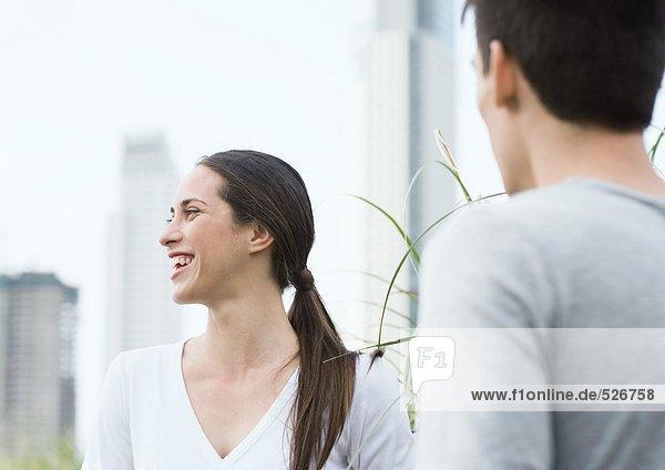 Junge Frau lacht  mit jungem Mann