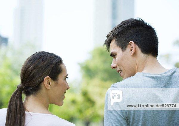 Junges Paar im Stadtpark  Rückansicht