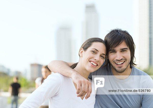 Junges Paar mit Köpfen zusammen im Stadtpark