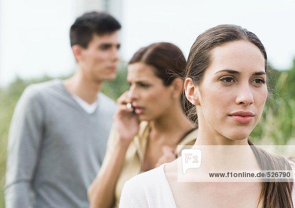 Junge Frau mit Blick in die Ferne im Park