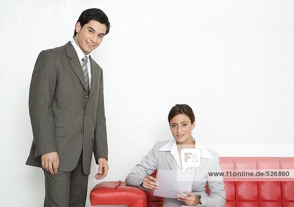 Geschäftsfrau und Geschäftsmann in der Bürolobby
