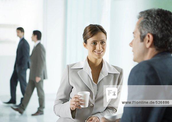 Geschäftskollegen bei einer Kaffeepause in der Lobby