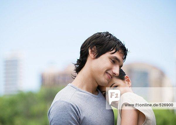 Junge Frau ruht Kopf auf der Schulter des Freundes
