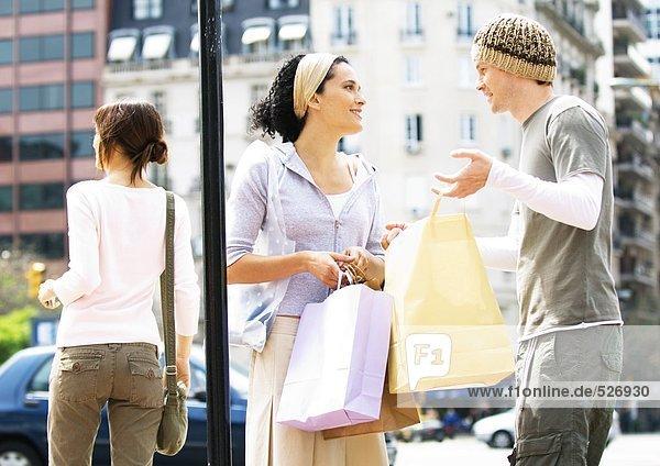 Junges Paar mit Einkaufstaschen