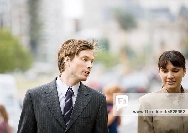 Geschäftsmann und Frau im Gespräch