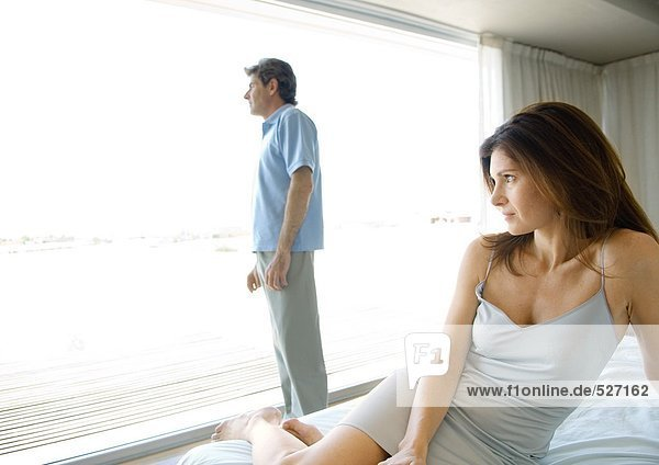 Erwachsenes Paar  getrennt im Schlafzimmer