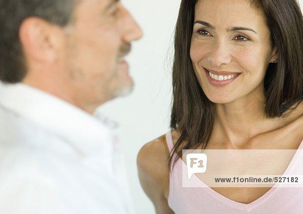 Frau lächelt den Mann an