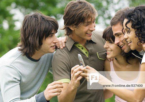 Gruppe junger Freunde auf dem Handy