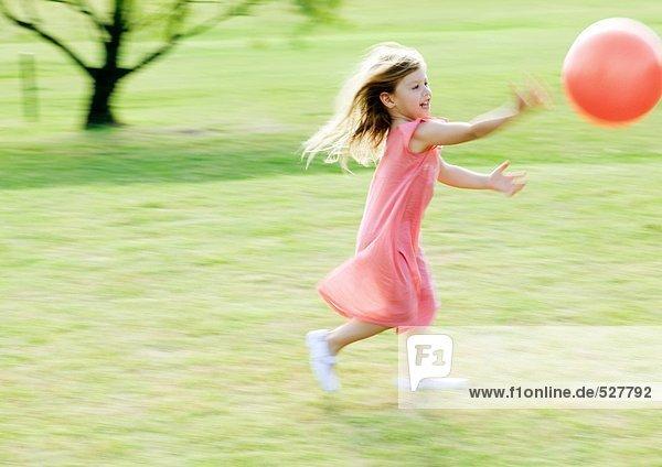 Mädchen jagen Ball  verschwommene Bewegung