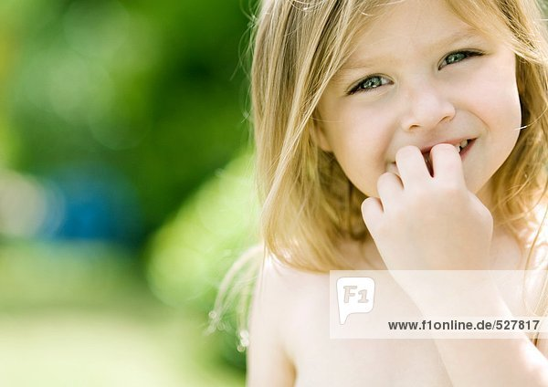 Kleines Mädchen mit Fingern vor dem Mund, Portrait