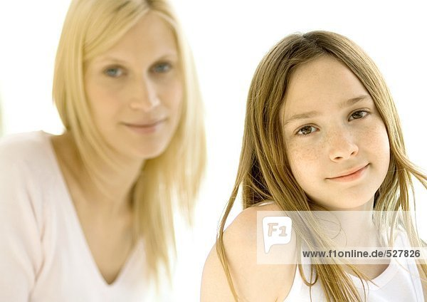 Mädchen  Mutter im Hintergrund