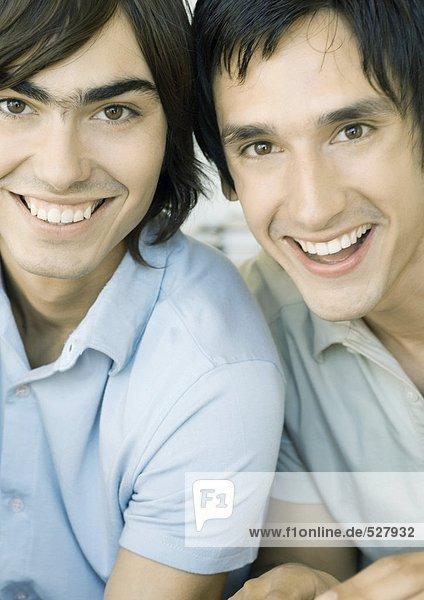 Zwei junge Männer lächeln