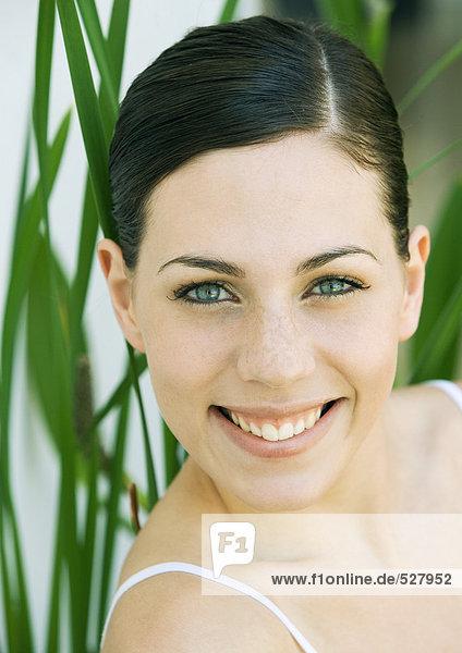 Junge Frau lächelnd  Portrait  Frontansicht  Nahaufnahme