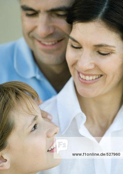 Familie mit einem Kind  Mutter und Tochter schauen sich an  lächelnd  Nahaufnahme