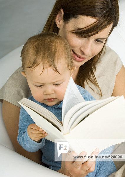 Mutter liest Buch für Baby