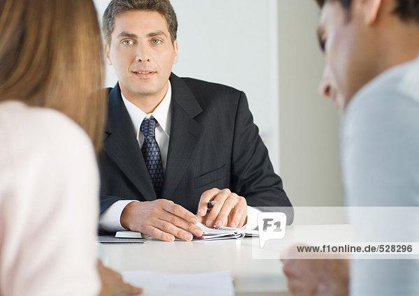Ehepaar trifft sich mit Geschäftsmann