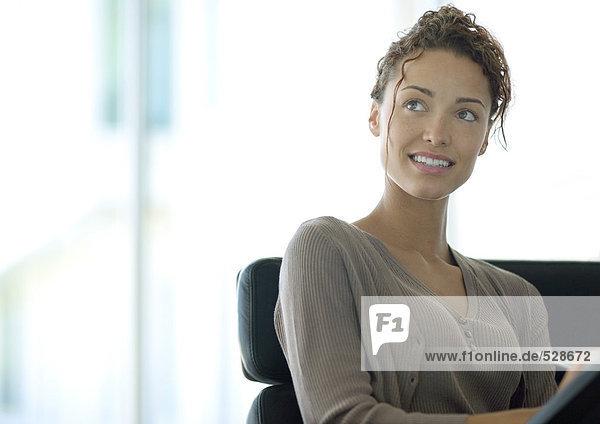 Frau beim Schreiben und Nachschlagen Frau beim Schreiben und Nachschlagen