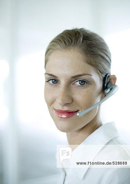Frau mit Kopfhörer und Lächeln