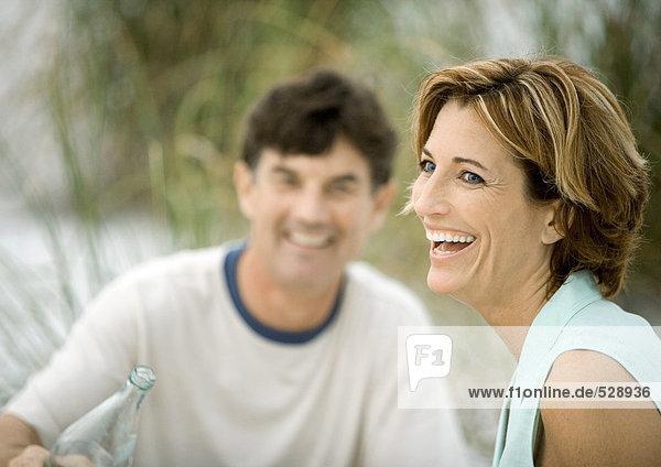 Reife Frau lacht