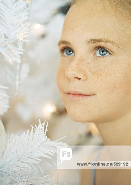 Mädchen neben dem Weihnachtsbaum  Portrait