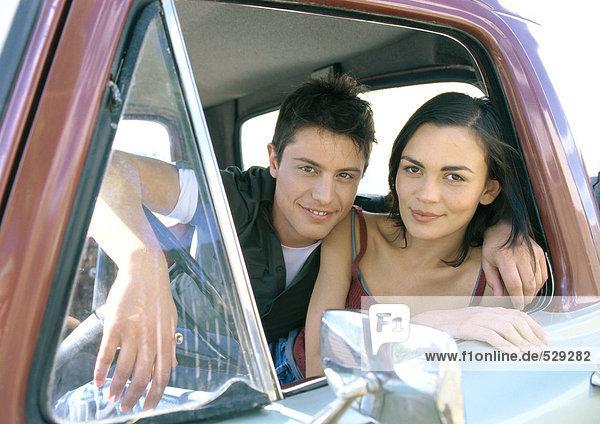 Junges Paar im Pick-up-Truck