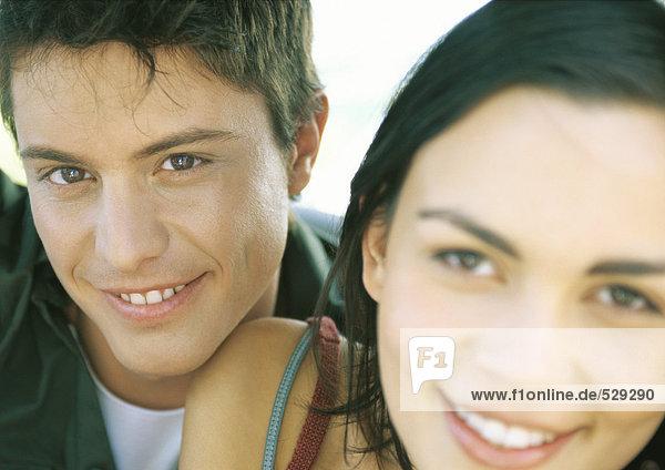 Paar lächelnd  Fokus auf den Menschen im Hintergrund