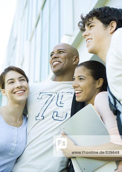 Gruppe von Studenten  die eng beieinander stehen  lächelnd