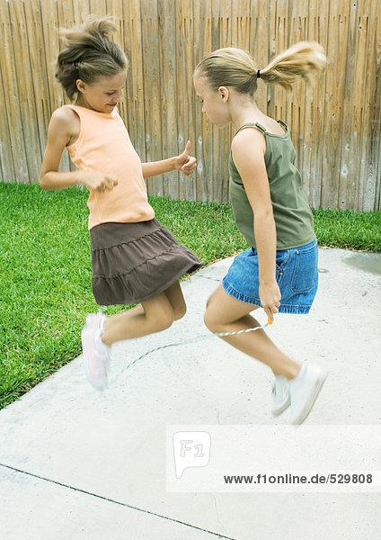 Mädchen  die zusammen springen.