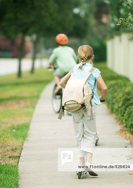 Vorstadtkinder auf dem Bürgersteig