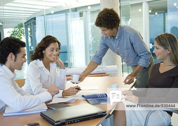 Gesprächspartner im Konferenzraum