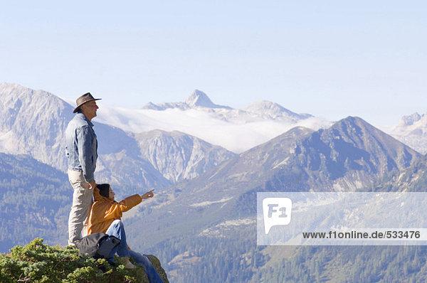 Paar in den Bergen  Gipfelbeobachtung