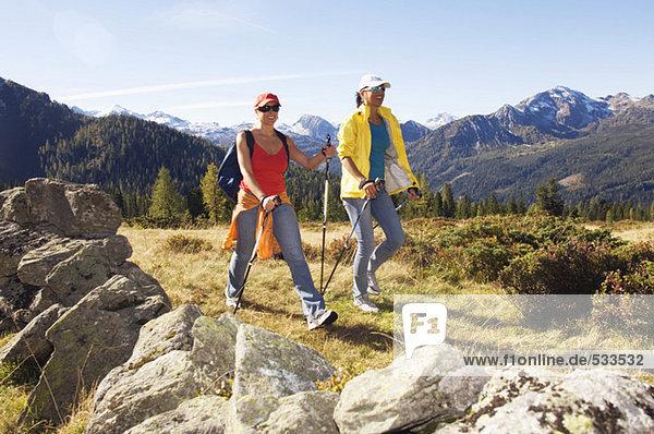Zwei Frauen in den Bergen  Nordic Walking