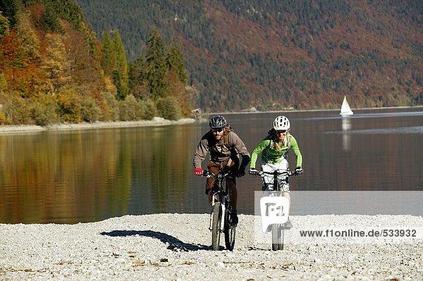 Deutschland  Bayern  Paar Mountainbiking