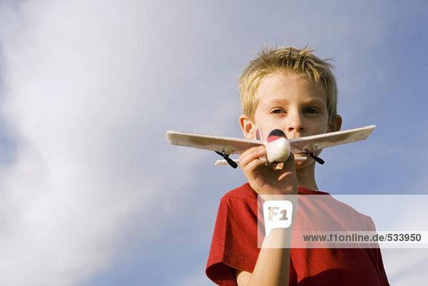 Junge (6-7) mit Modellflugzeug